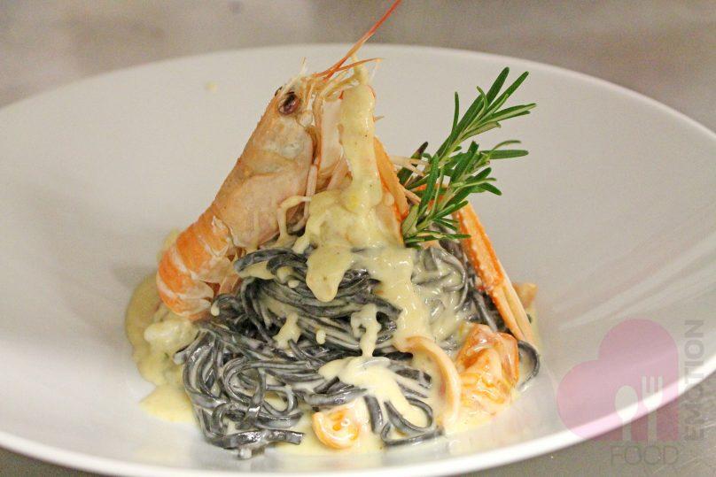 Tagliolino al nero di seppia con code di scampetti e cremoso di gorgonzola dolce
